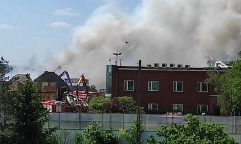 Pożar na terenie zakładu przetwórstwa odpadów i złomu w Przysiece Polskiej /Gorąca Linia RMF FM