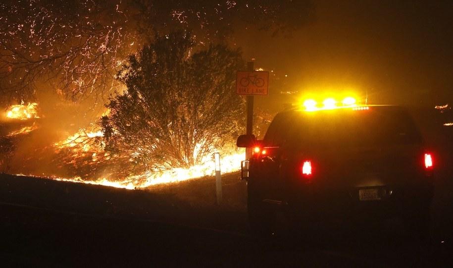 Pożar, nazwany Glass Fire, wybuchł w niedzielę nad ranem, czasu lokalnego, koło miejscowości Calistoga położonej w odległości ok. 120 km na północ od San Francisco. /JOHN G. MABANGLO /PAP/EPA