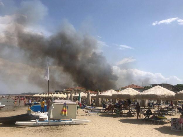 Pożar niszczy południową część włoskiego miasta Pescara nad Adriatykiem /LORENZO DOLCE  /PAP/EPA
