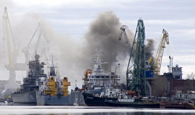 """Pożar """"Orła"""" w stoczni Zwiozdoczka w Siewierodwińsku /AFP"""