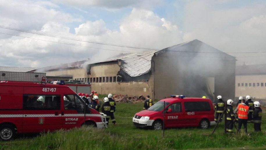 Pożar owczarni w Pianowie. W kulminacyjnym momencie z ogniem walczyły 32 zastępy strażaków /Mateusz Chłystun /RMF FM
