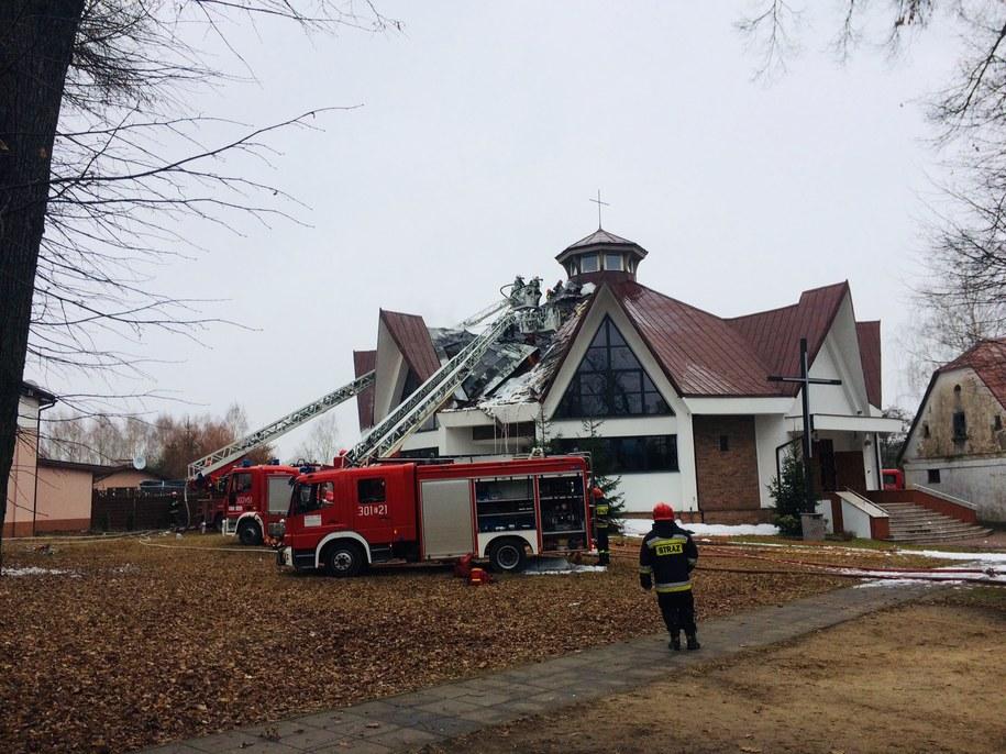 Pożar poddasza kościoła św. Andrzeja Boboli w Łodzi został opanowany, ale spod poszycia dachu nadal wydobywa się dym /Agnieszka  Wyderka /RMF FM