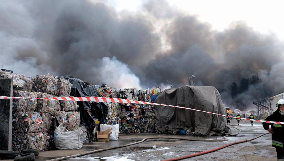 Pożar składowiska w Żorach wybuchł wczoraj / Andrzej Grygiel    /PAP
