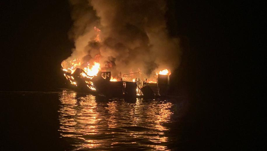 Pożar statku u wybrzeży Kalifornii /SANTA BARBARA COUNTY FIRE HANDOUT /PAP/EPA