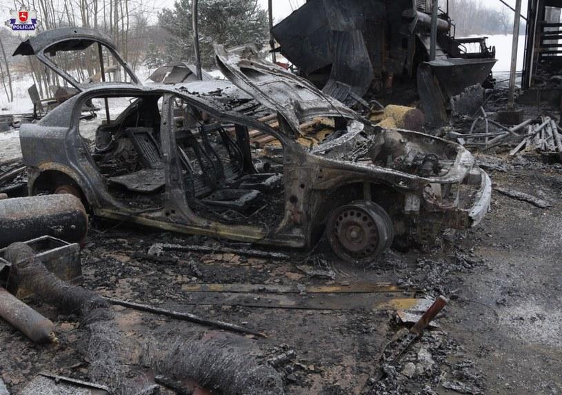 Pożar strawił m.in. opla, dwa motocykle, przyczepkę i kombajn /Policja