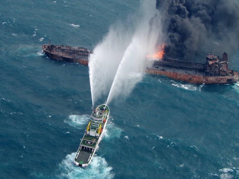 Pożar tankowca trwał /PAP/EPA