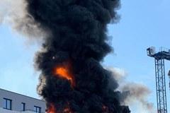 Pożar w Krakowie. W rejonie ulicy Bonarka zapaliły się materiały budowalne
