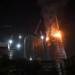 Pożar wieżowca Warsaw Hub w stolicy. Z góry spadały płonące elementy konstrukcji budynku