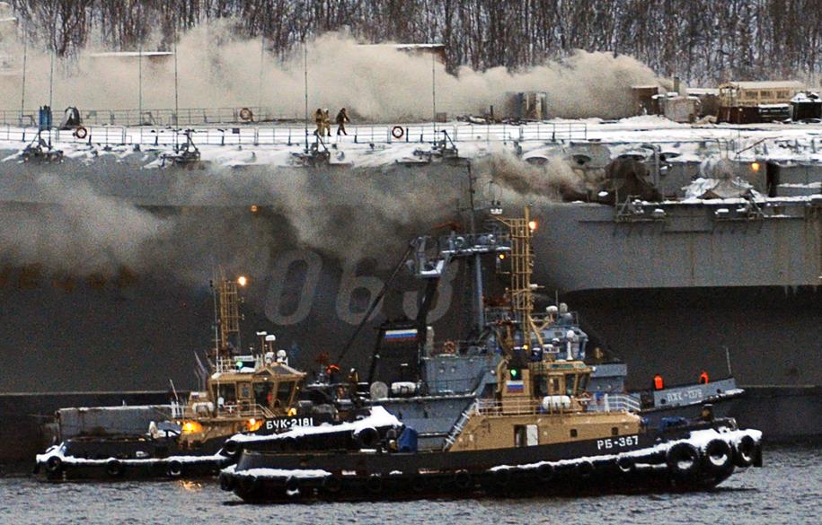 Pożar wybuchł na remontowanym w Murmańsku okręcie 12 grudnia /Lev Fedoseyev /PAP/EPA