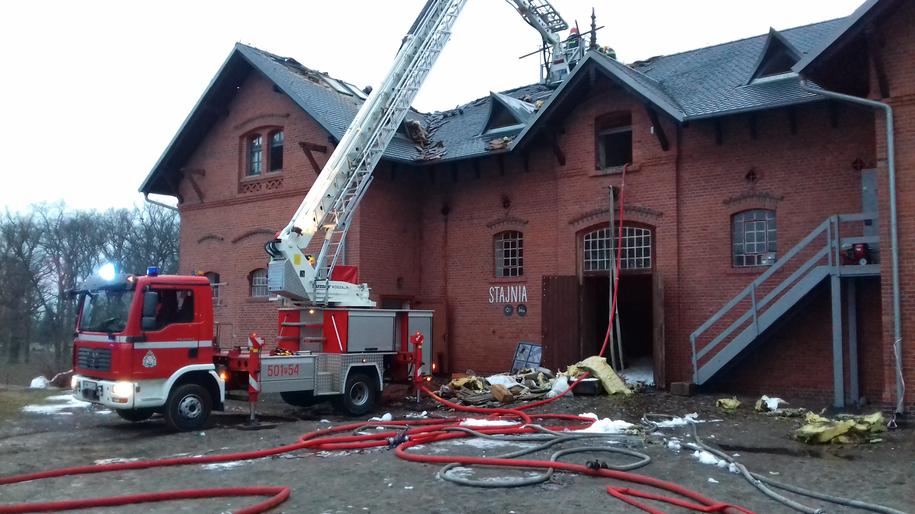 Pożar wybuchł w lany poniedziałek po 22:00 w dawnej stajni folwarku, której górne piętra zostały przerobione na hotel /PSP Nowy Tomyśl /PSP