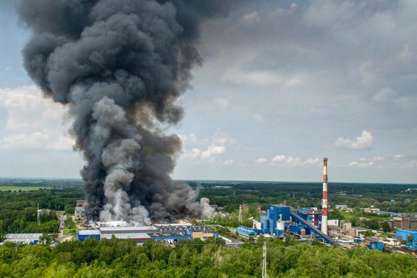 Pożar wybuchł w piątek ok. godz. 23 na terenie dawnego zakładu Boruta, gdzie znajduje się wysypisko z kilkudziesięcioma tonami różnego rodzaju odpadów /Grzegorz Michałowski   /PAP