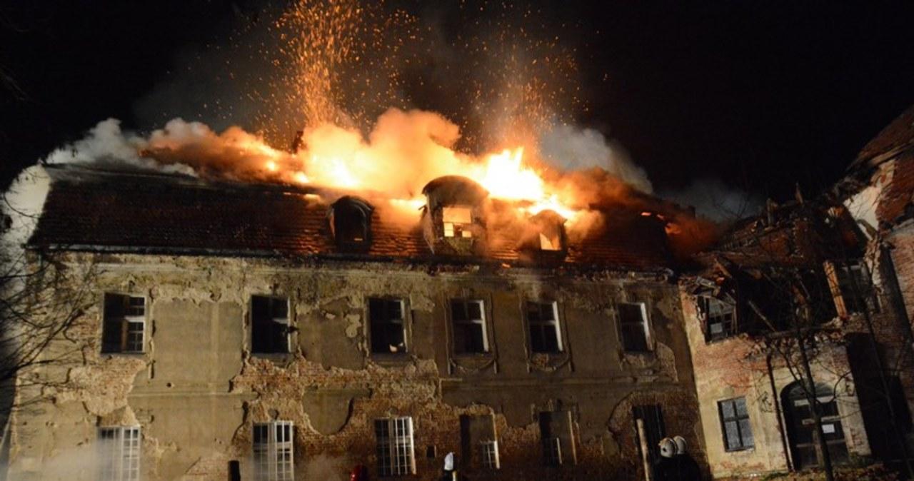 Pożar zabytkowego zamku w Ciepielowicach na Opolszczyźnie