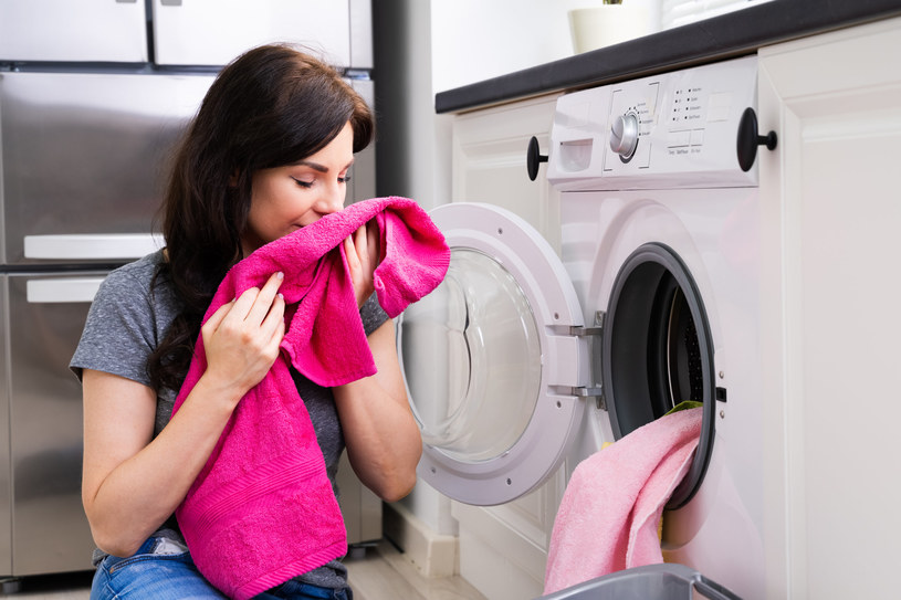 Pozbądź się brzydkiego zapachu stęchlizny z ubrań /123RF/PICSEL