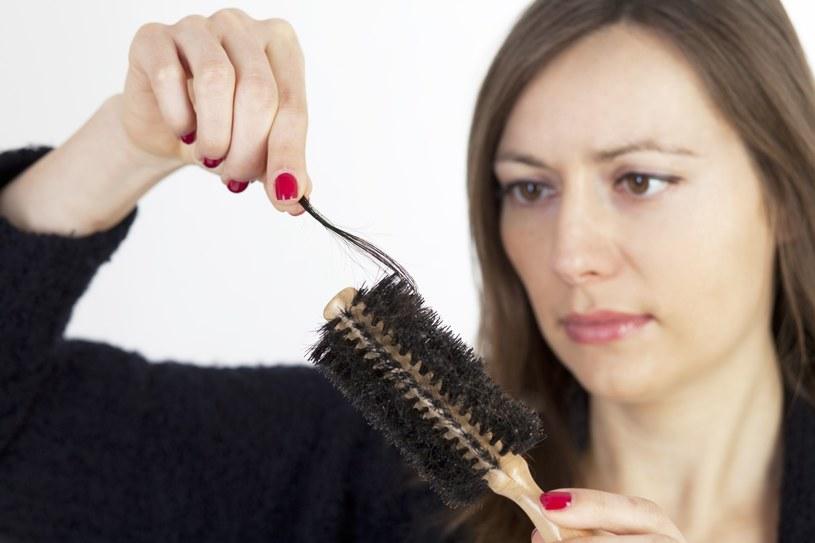 Pozbądź się problemu z wypadającymi włosami /123RF/PICSEL