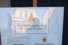 Pożegnanie Benedykta XVI: Krakowianie wpisują się do księgi pamiątkowej
