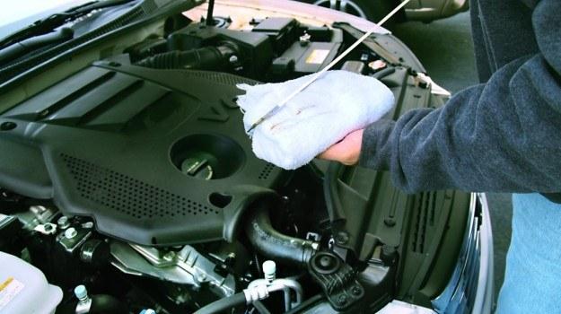 Poziom oleju silnikowego kontroluje się po wyłączeniu silnika i odczekaniu kilku minut. /Motor
