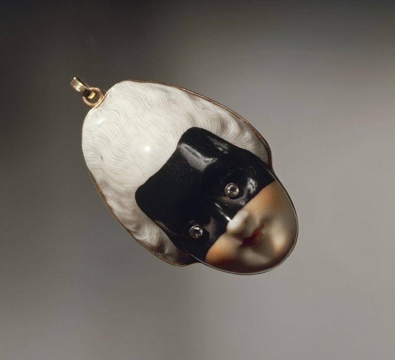 Pozłacana zawieszka w stylu art déco  z motywami ceramicznymi /Getty Images