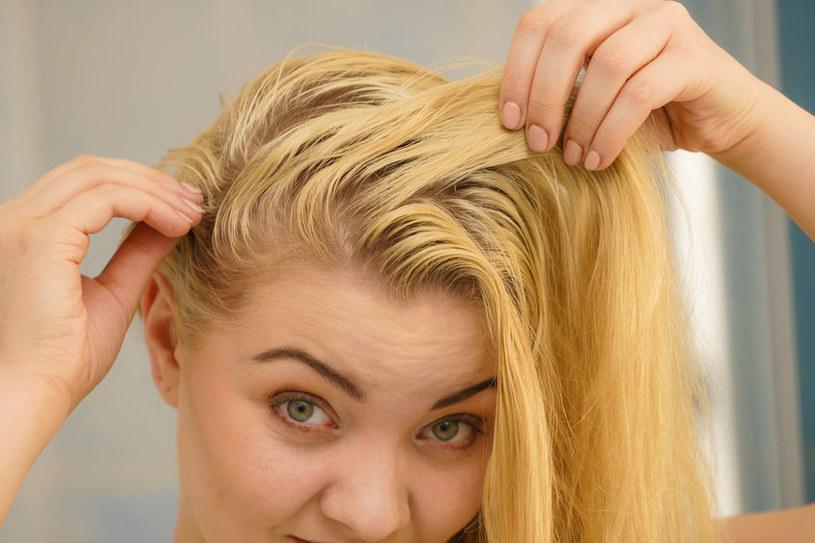 Poznaj domowe sposoby na przetłuszczające się włosy /©123RF/PICSEL