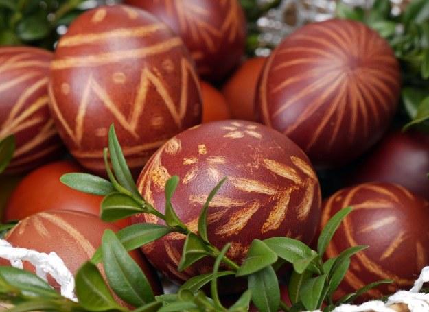 Poznaj naturalne sposoby barwienia jajek i stwórz swoje własne, małe dzieła! /123RF/PICSEL