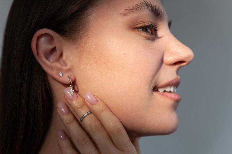 Poznaj sprawdzone sposoby na pryszcze w uchu /123RF/PICSEL