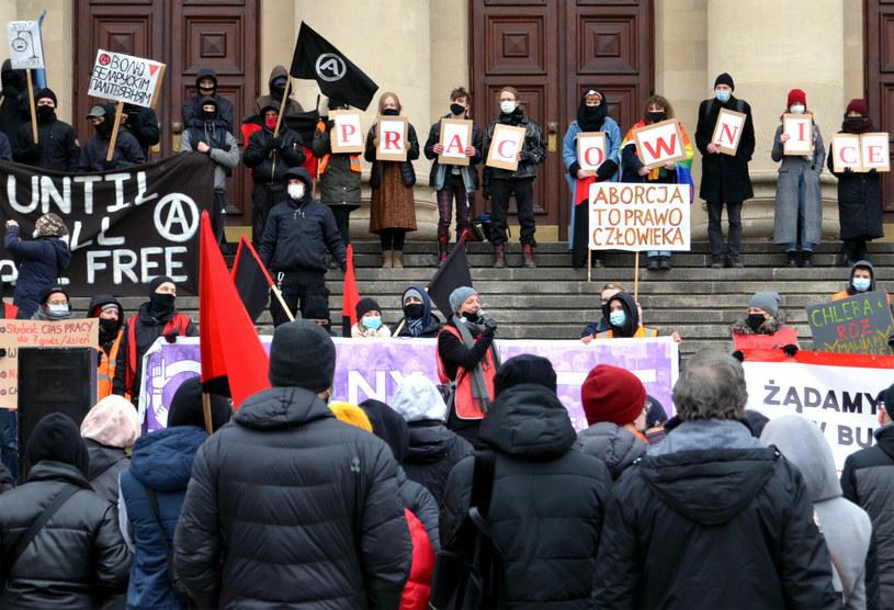 Poznań; Niedzielny protest środowisk feministycznych i lewicowych z okazji Dnia Kobiet /Norbert Rzepka /Reporter