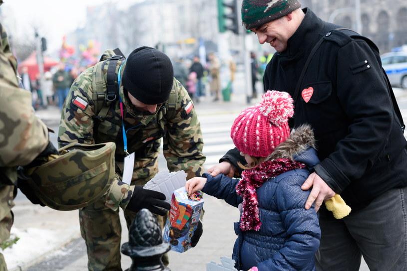 Poznań, żołnierze z Centrum Szkolenia Wojsk Lądowych kwestują na rzecz Wielkiej Orkiestry Świątecznej Pomoc /Jakub Kaczmarczyk /PAP