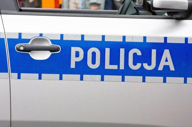 Poznańska policja poszukuje kierowcy rozbitego samochodu /123/RF PICSEL