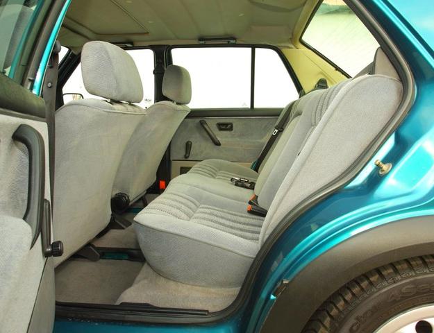 Późne egzemplarze mają pasy bezpieczeństwa z tyłu, we wczesnych może brakować tego wyposażenia. /Motor