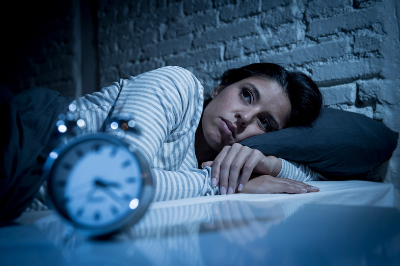 Pozornie nieszkodliwe nawyki mogą prowadzić do problemów ze snem /123RF/PICSEL