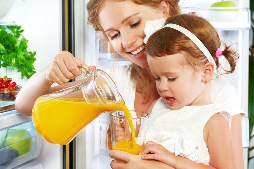 Pozornie zdrowy sok z kartonu to często tylko woda, barwniki i cukier! /123RF/PICSEL
