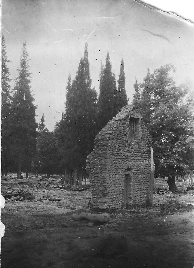 Pozostałości domu po powodzi z 1949 roku. Jedno ze zdjęć, które otrzymał Aleko Baidoszwili /Archiwum prywatne /INTERIA.PL