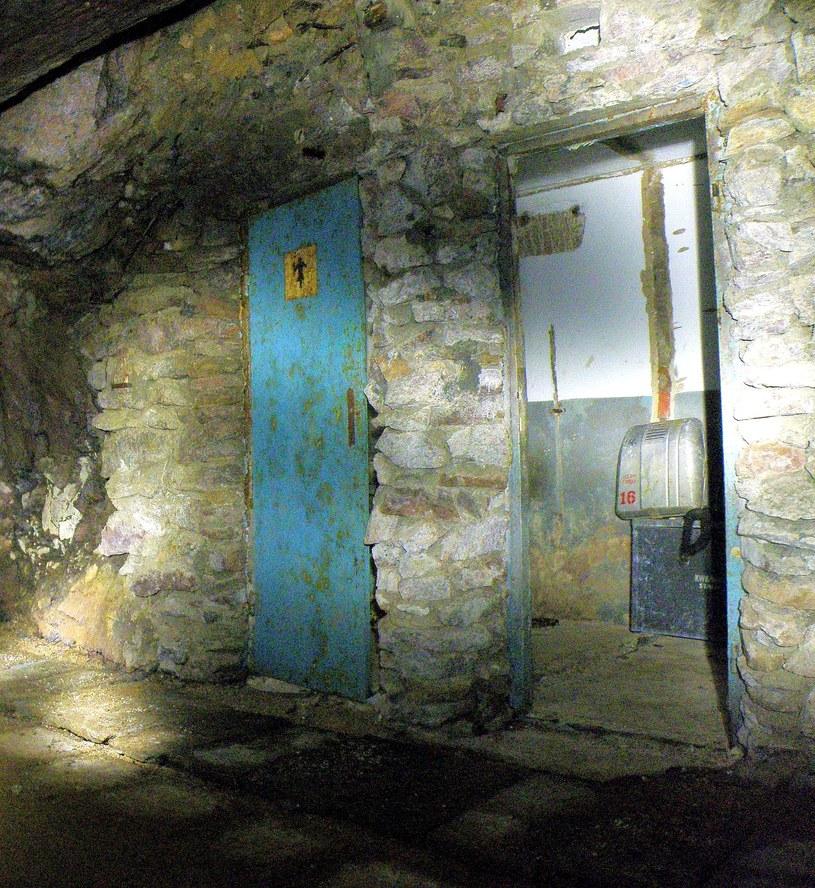 Pozostałości jednego z pomieszczeń z czasów funkcjonowania Inhalatorium w sztolni 19a, prawdopodobnie WC. Stan z grudnia 2010 roku. /Odkrywca