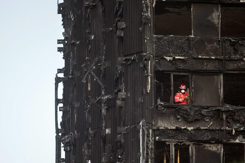 Pozostałości po pożarze w Grenfell Tower /WILL OLIVER  /PAP/EPA