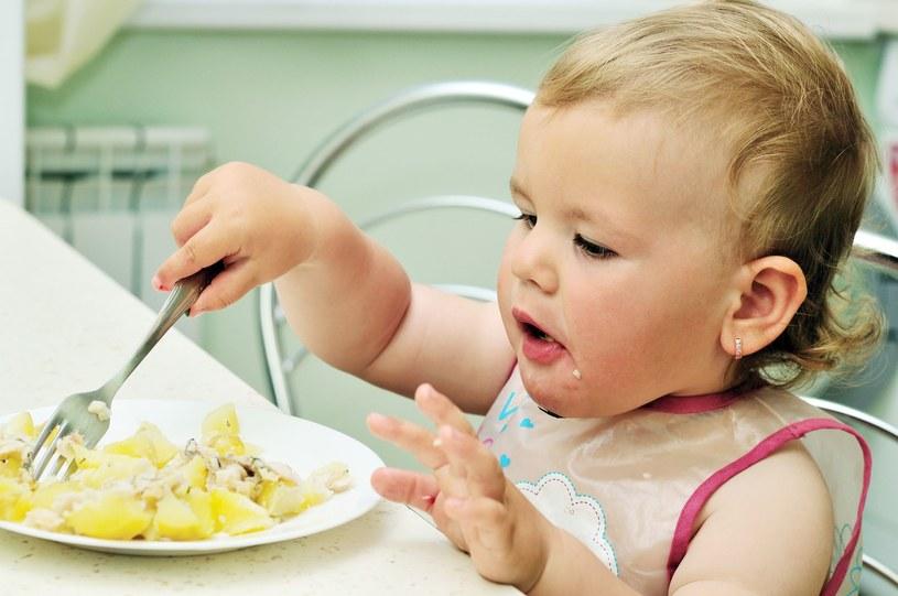 Pozwól dziecku jeść samodzielnie /123RF/PICSEL