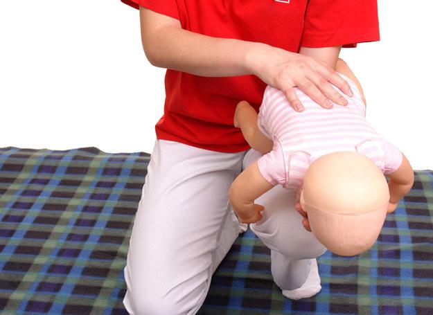 Pozycja, jaką należy przyjąć, by uratować dziecko przed uduszeniem /123RF/PICSEL