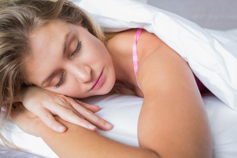 Pozycja, w której śpisz ma ogromne znaczenie. Sprawdź, dlaczego /© Photogenica