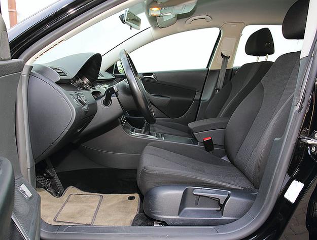 Pozycja za kierownicą jest wysoka, w najmniejszym stopniu nie sportowa. /Motor