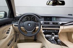 Pozycja za kierownicą serii 5 jest najbardziej sportowa, gdy porównać to auto z Audi A6 czy Mercedesem klasy E. Centralny ekran występuje w 2 rozmiarach, a kontroler iDrive to standard. /Motor