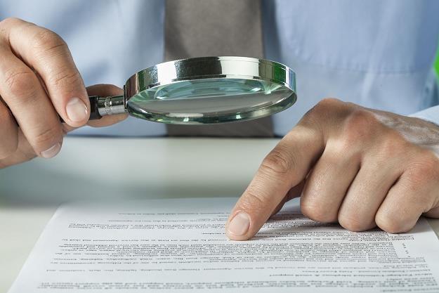 Pożyczasz pieniądze? Przeczytaj dokładnie umowę /©123RF/PICSEL