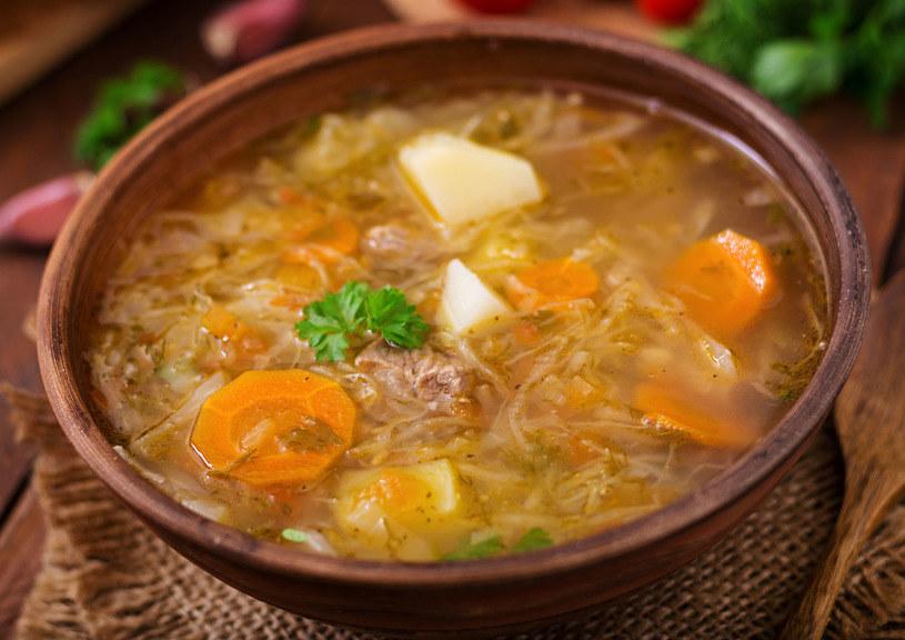 Pożywna i sycąca zupa na bazie kapusty /123RF/PICSEL