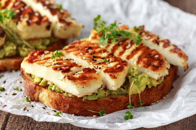 Pożywna kanapka z awokado i grillowanym serem /123RF/PICSEL