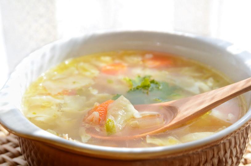Pożywna, rozgrzewająca zupa jarzynowa /123RF/PICSEL