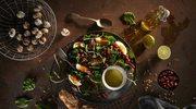 Pożywna sałatka wiosenna z jarmużem, szpinakiem, jajkami i boczkiem