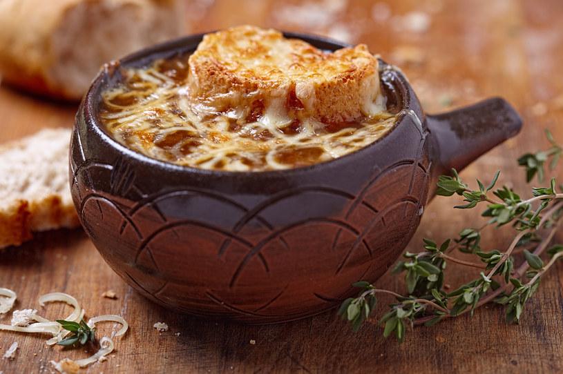 Pożywna zupa cebulowa z grzanką /123RF/PICSEL