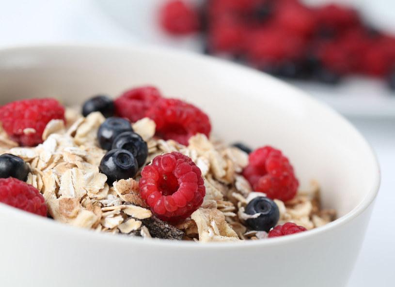 Pożywne i sycące śniadanie to podstawa! Nie warto rezygnować z tego najważniejszego posiłku w ciągu dnia /123RF/PICSEL
