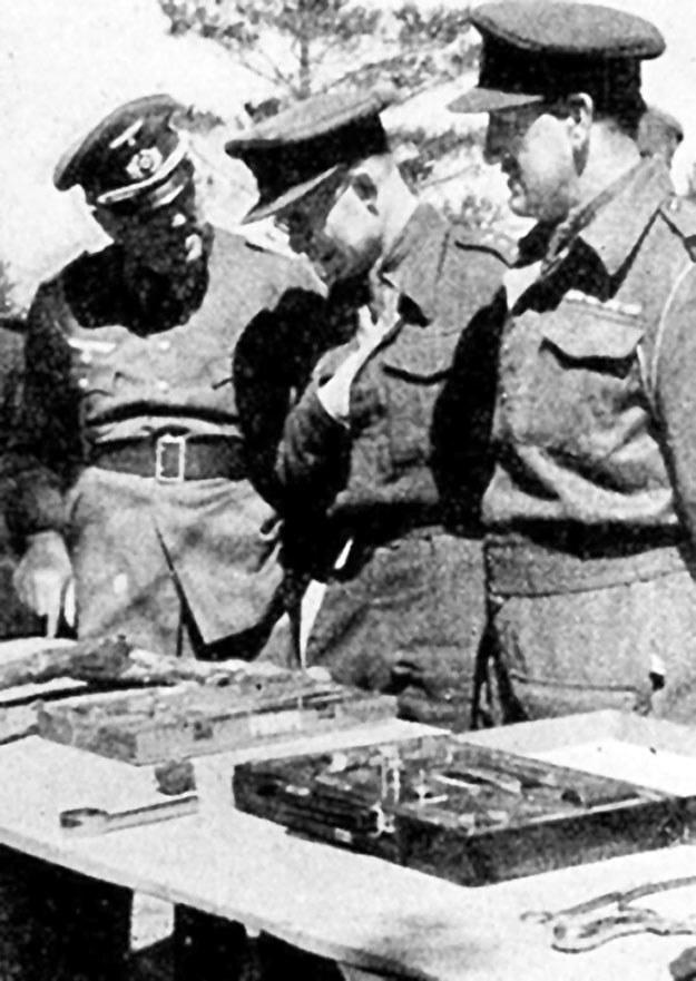 Ppłk John H. Van Vliet (pierwszy z prawej) ogląda przedmioty należące do polskich oficerów /Polska Zbrojna
