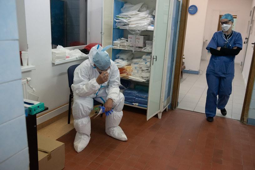 Praca lekarzy w czasie pandemii koronawirusa na odziale zakaźnym w szpitalu Bródnowskim w Warszawie /Filip Blazejowski /Agencja FORUM