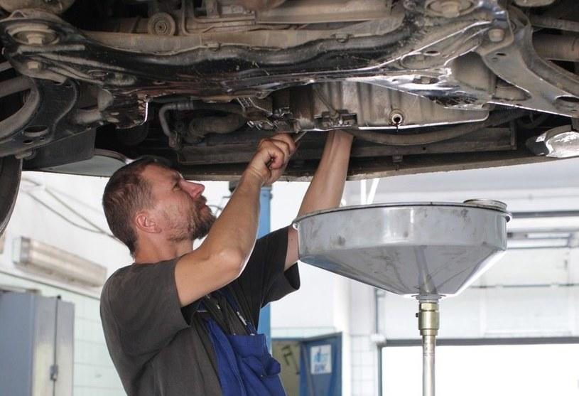 Praca mechanika jest niełatwa, ale dobrze płatna /Piotr Mecik /Agencja SE/East News