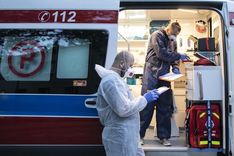 Praca medyków z czerwonej strefy szpitalnego oddziału ratunkowego, gdzie przyjmowani są pacjenci z podejrzeniem zakażenia koronawirusem /Jacek Szydlowski /Agencja FORUM