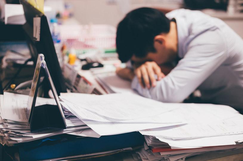 Praca może prowadzić do zaburzenia gospodarki hormonalnej. Skutek? Depresja, bezsenność, obniżenie odporności /123RF/PICSEL